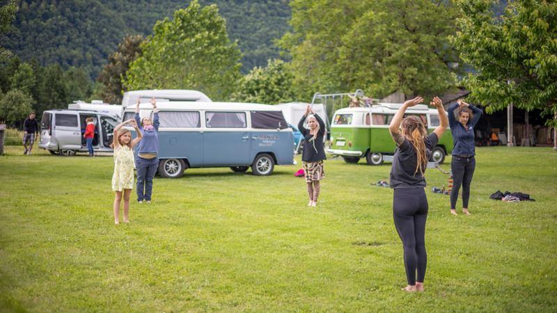 Die Bulli Fans entspannen beim gemeinsamen Yoga.