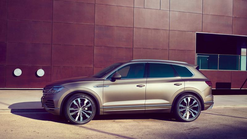 A Volkswagen Touareg parked in front of a building.