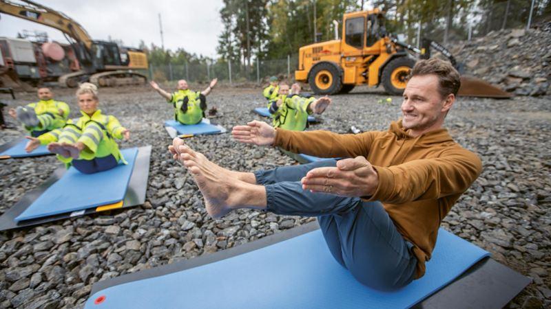 Instruktör Magnus Fridh kör byggyoga med Westers Group i Tumba