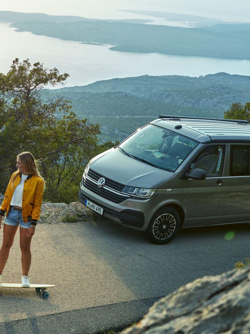 Un Volkswagen California Beach con pneumatici all-season parcheggiato sul lato di una strada di montagna.