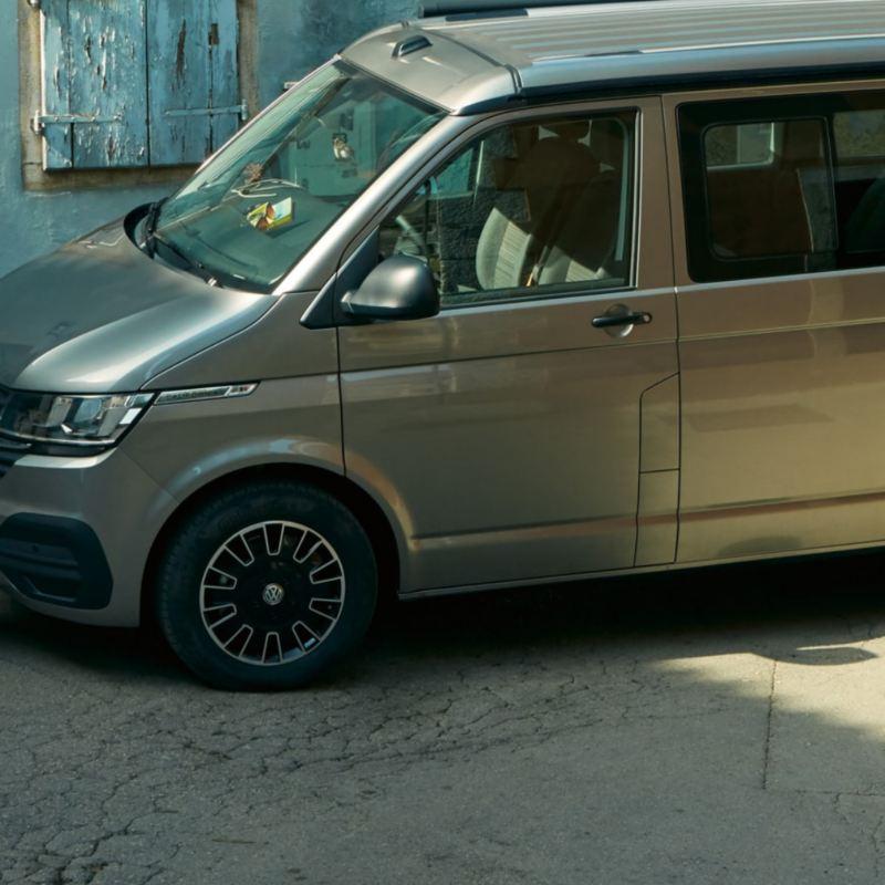 Un veicolo commerciale Volkswagen dotato di pneumatici all-season.