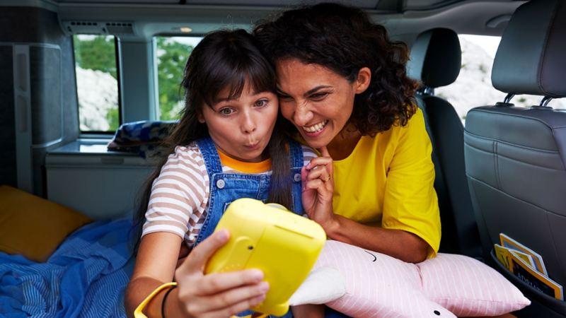 femme et fille dans un california avec un smartphone