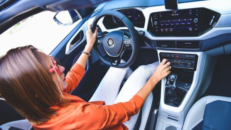 Cabina de SUV T-Cross 2020 de Volkswagen equipado con sistemas de seguridad y climatronic
