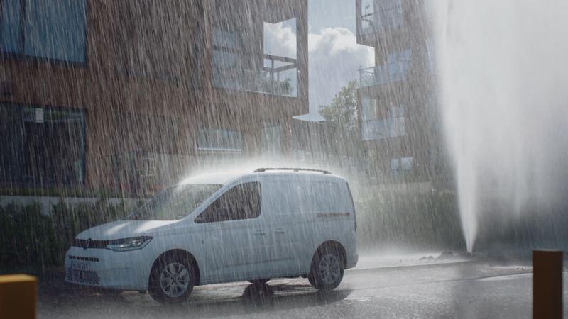 Volkswagen Caddy Cargo skåpbil i kraftigt regn