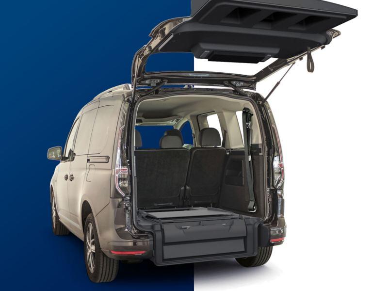 Vista 3/4 posteriore di Nuovo Caddy Volkswagen con il bagagliaio aperto.