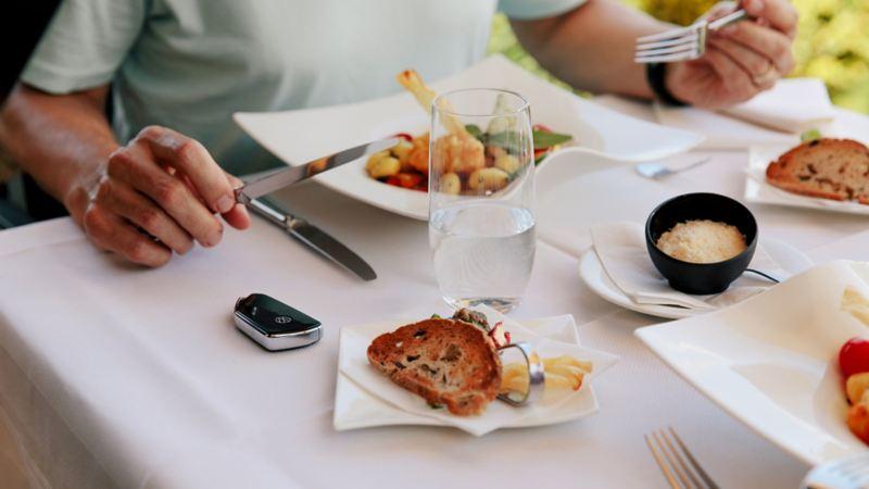 Il pranzo è sul tavolo e accanto c'è la chiave della Cadillac.