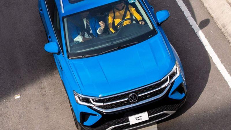 Imagen cenital de Nuevo Taos SUV de Volkswagen en color azul