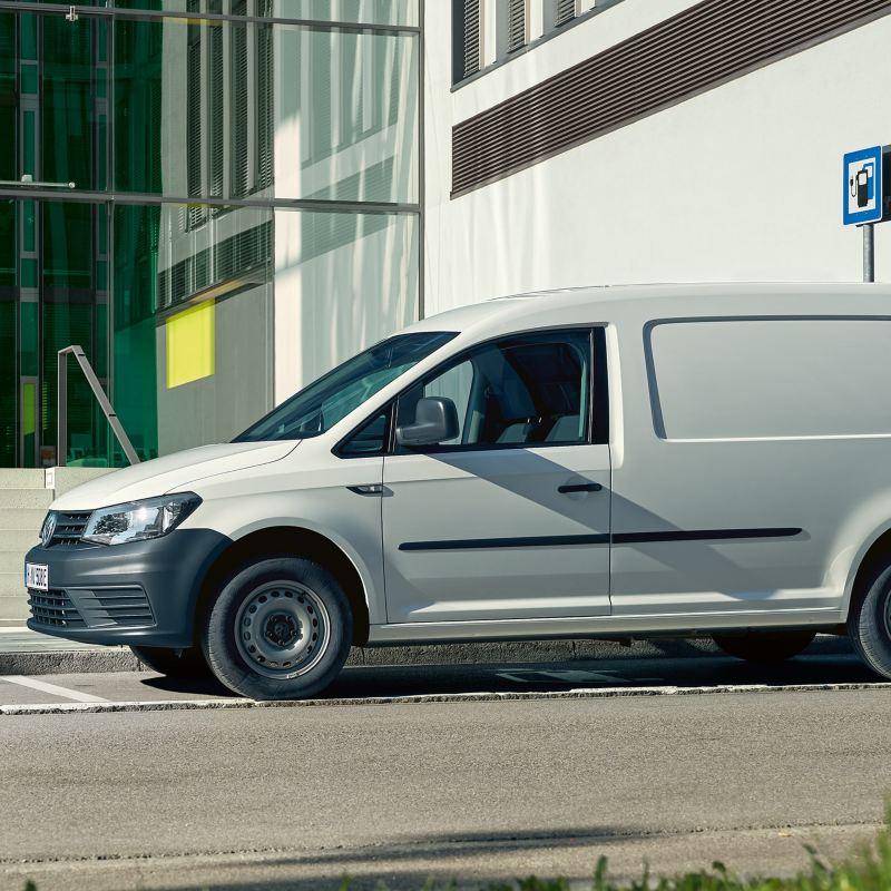 Volkswagen ABT e-Caddy elbil vid laddstation