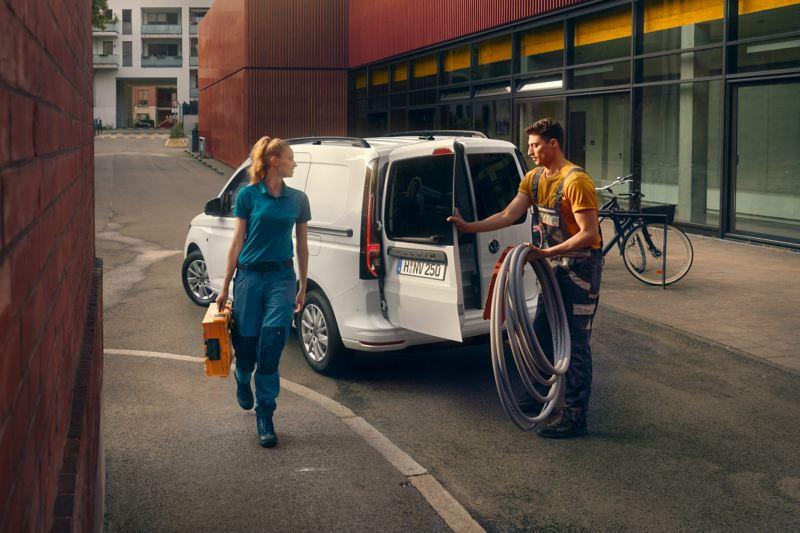 A nova carrinha Volkswagen Caddy Cargo em ação para operários.