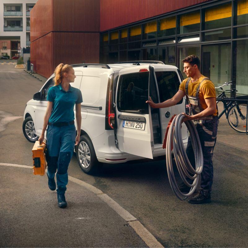 Man och kvinna vid en VW Caddy Cargo skåpbil