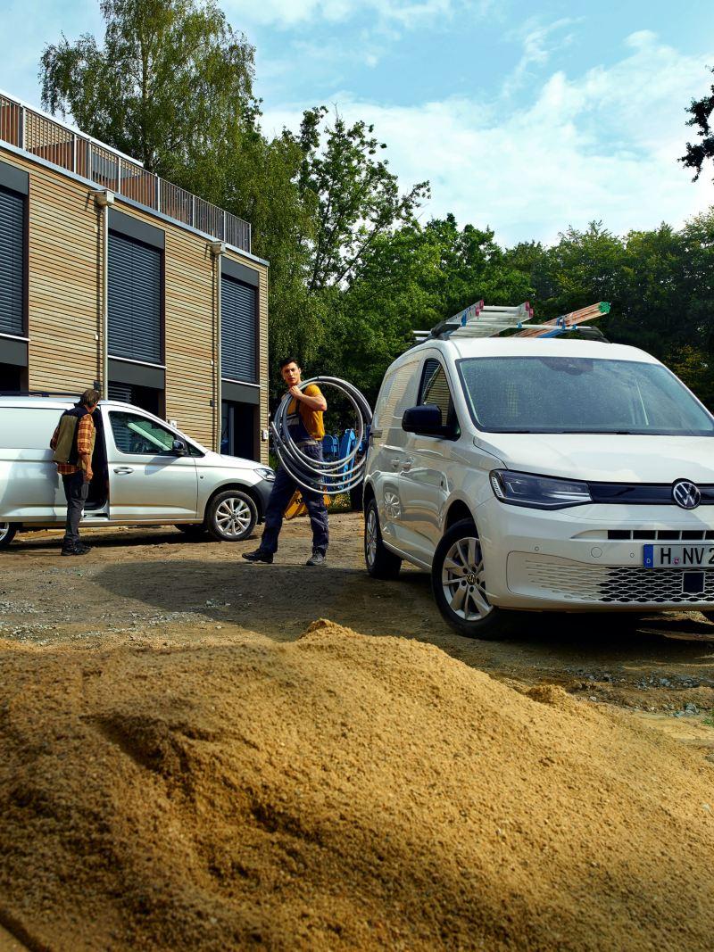 A nova carrinha VW Caddy Cargo em ação num estaleiro de construção.