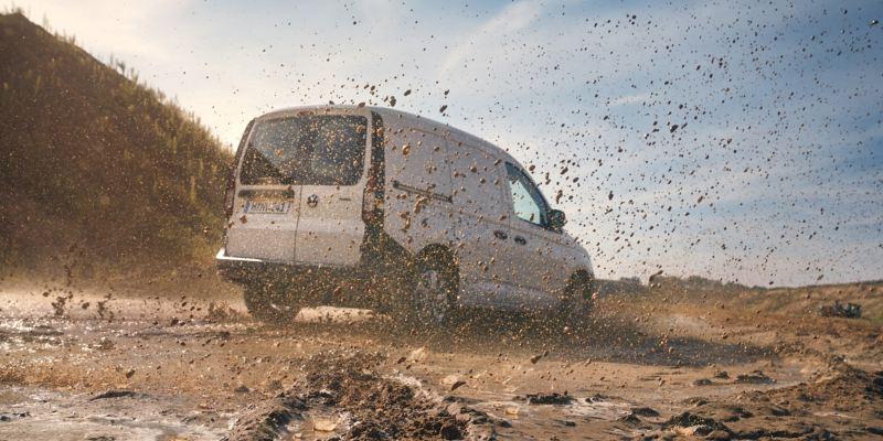 Volkswagen Caddy Cargo på lerig skogsväg