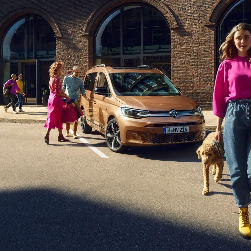 Le nouveau Caddy Volkswagen garé en ville , la voiture familiale.