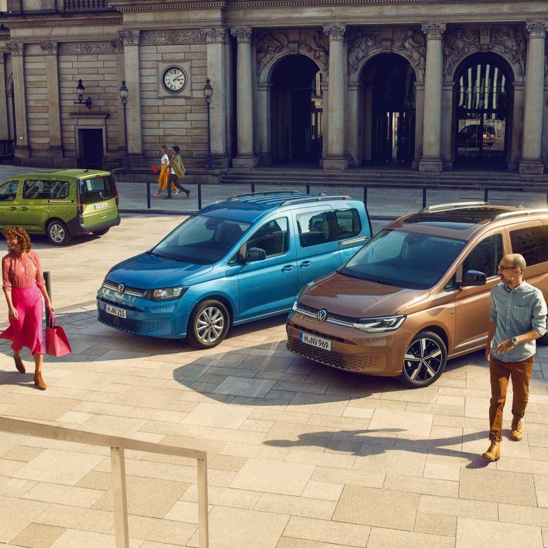 Die neuen Volkswagen Caddys auf einem Stadtplatz.