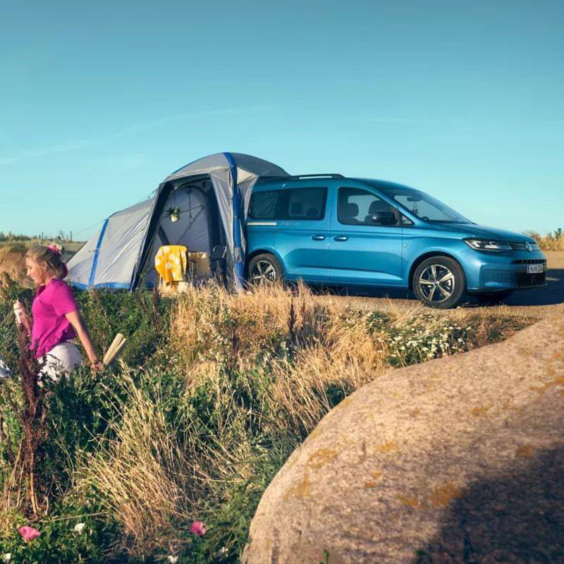 De Caddy California met tent op een duin.