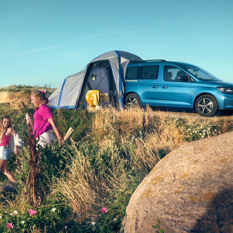 Der Caddy California mit Zelt auf einer Düne.
