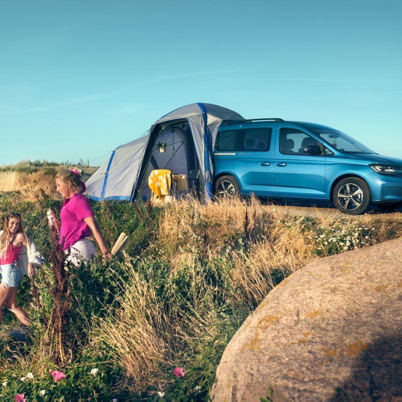 Le Caddy California avec la tente sur une dune.