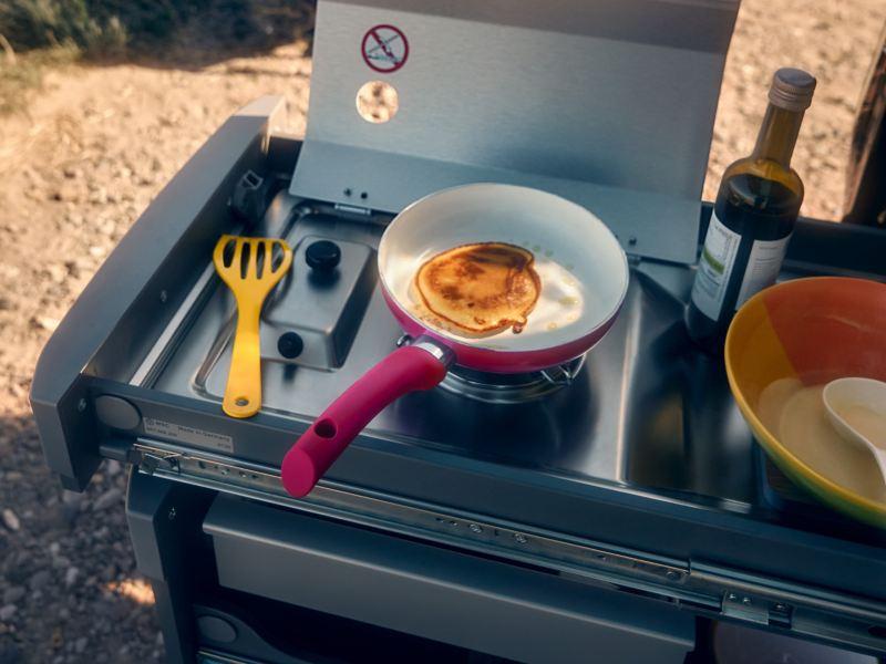 Bildet viser uttrekkbart minikjøkken på en Volkswagen Caddy California Maxi minicamper
