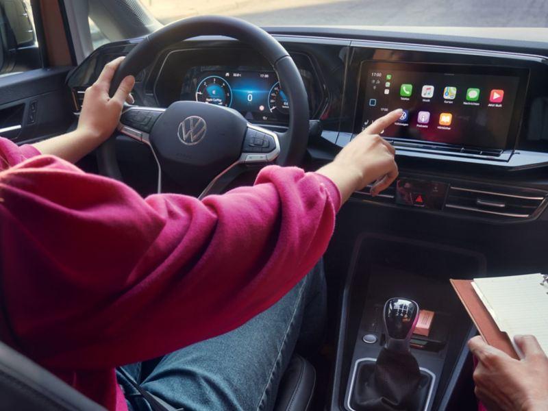 Intérieur du Caddy et une femme assise au volant