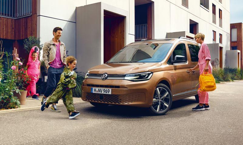Une famille court vers le nouveau Caddy.