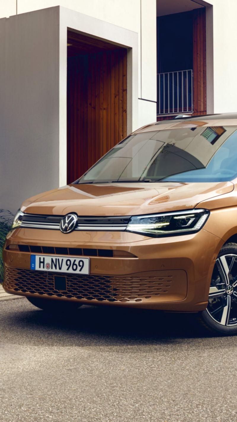 Una famiglia si appresta a salire su un Nuovo Caddy Volkswagen.