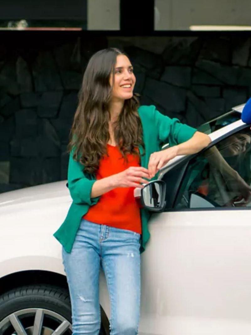 Significado señalamiento Check Engine - Pareja recargada en Volkswagen Vento tras perfeccionar funcionamiento de su auto