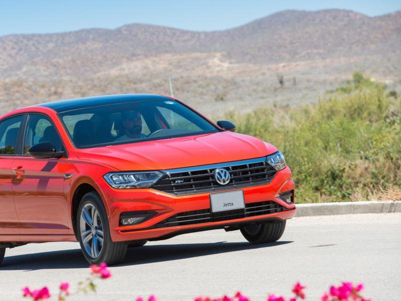 Jetta 2020 de Volkswagen en color rojo tornado en exterior