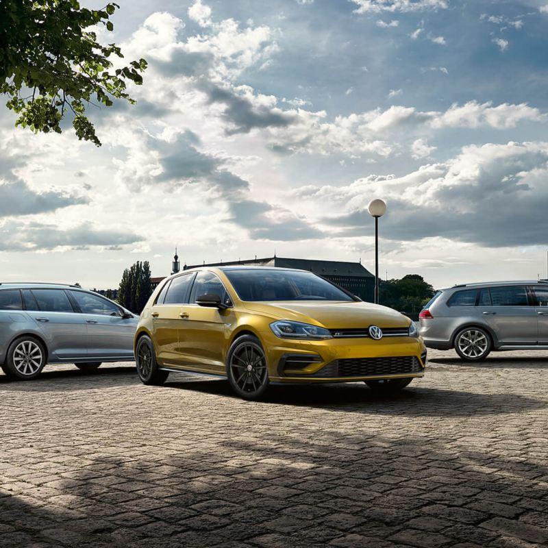 Trois voitures vw près d'un lac, lien vers compare.vwmodels.ca