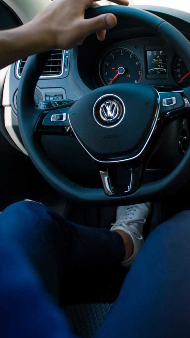 Manos en volante de Volkswagen adquirido a través de planes de financiamiento de autos de Volkswagen