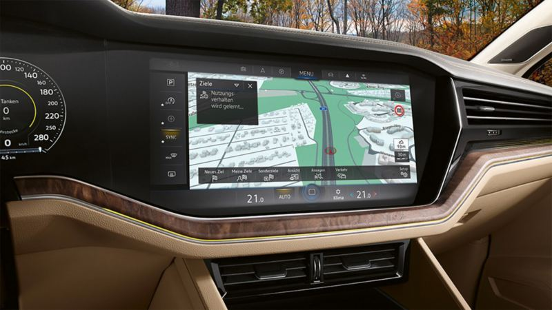 Close view of the Guide & Inform Premium navigation system