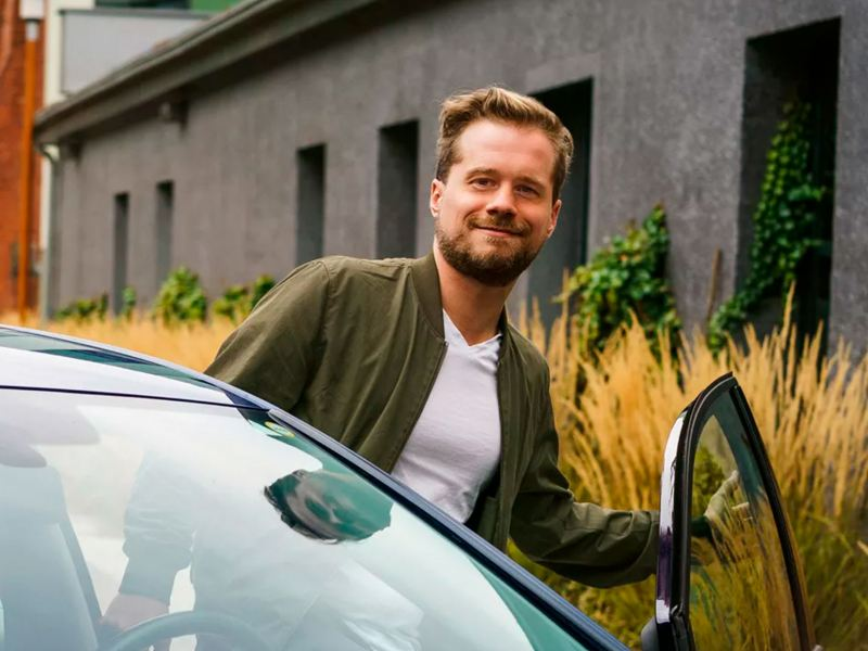 Hombre subiéndose a su automóvil Volkswagen cuidado con los mejores consejos para el mantenimiento de autos
