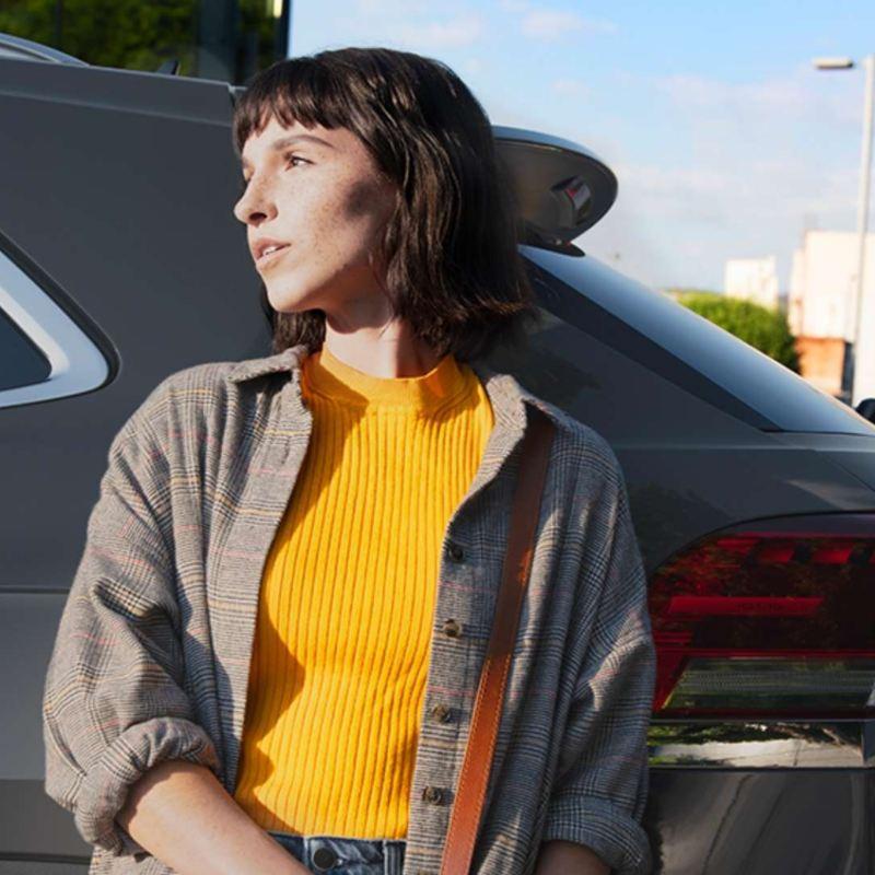 Mujer siguiendo los mejores consejos de cuidado de auto durante la contingencia por Coronavirus