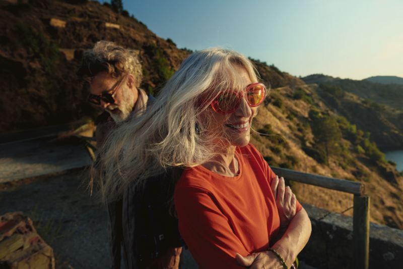 Couple souriant au soleil, lien vers la page Pulse Volkswagen