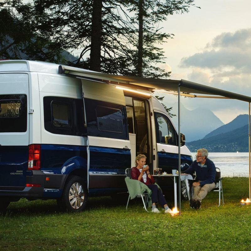 Famiglia, uomo e donna al lago con Gran California
