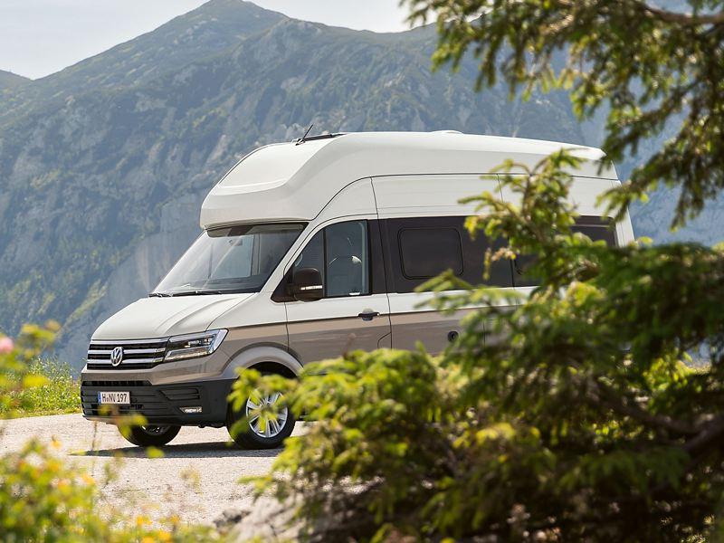 Grand California garé dans l'herbe Volkswagen Véhicules Utilitaires