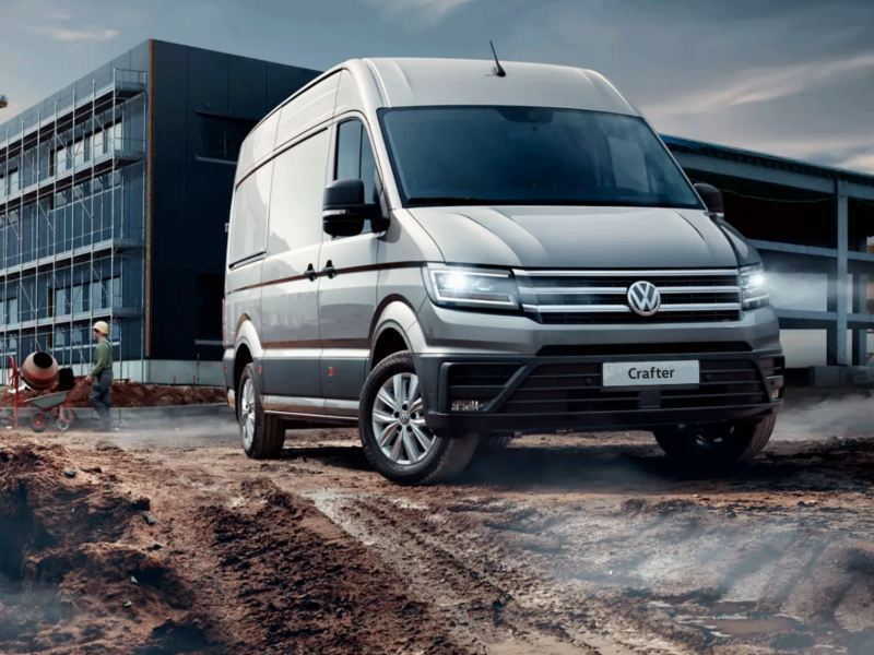 vw Volkswagen grå Crafter stor varebil kassebil arbeidsbil budbil byggeplass gjørme