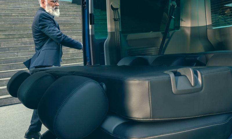 Złożone tylne siedzenie we wnętrzu Volkswagen Caravelle 6.1.
