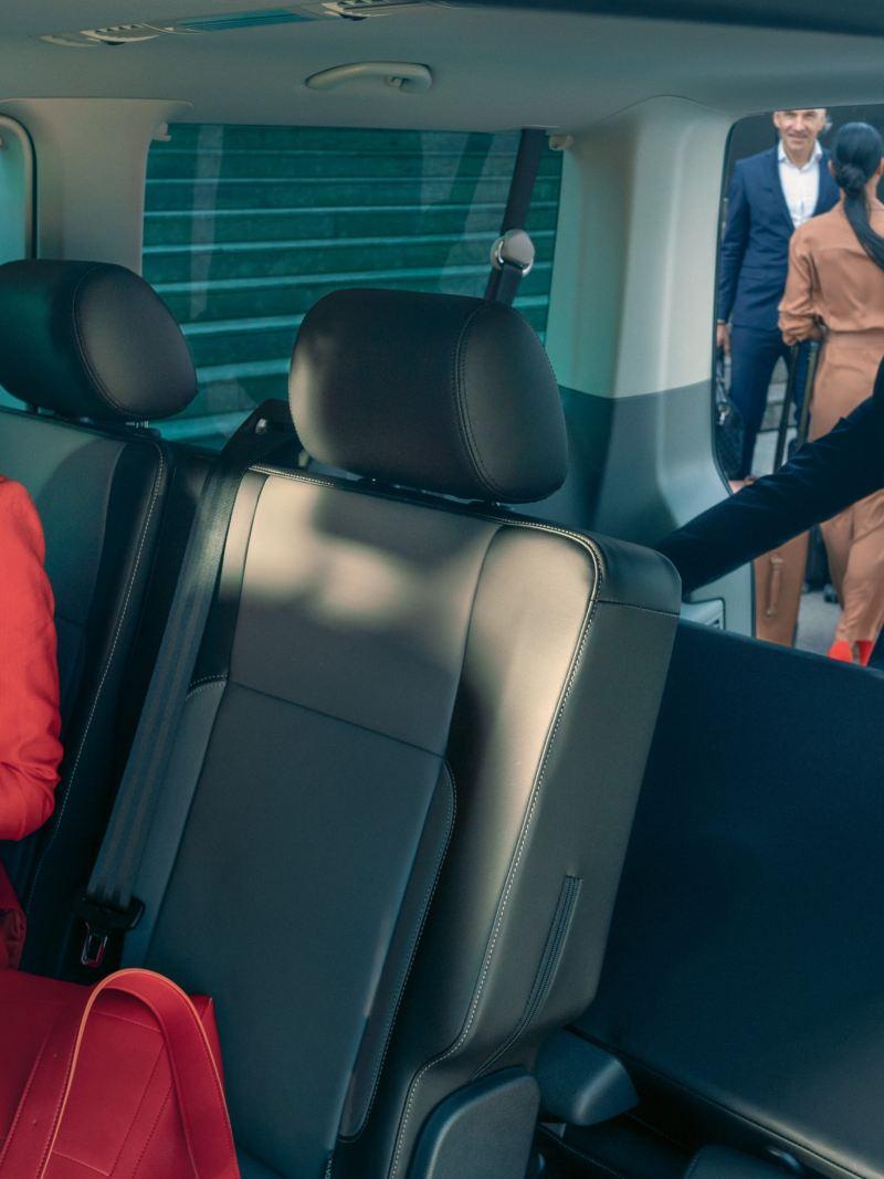 Mężczyzna zmienia układ siedzeń we wnętrzu Volkswagen Caravelle 6.1.