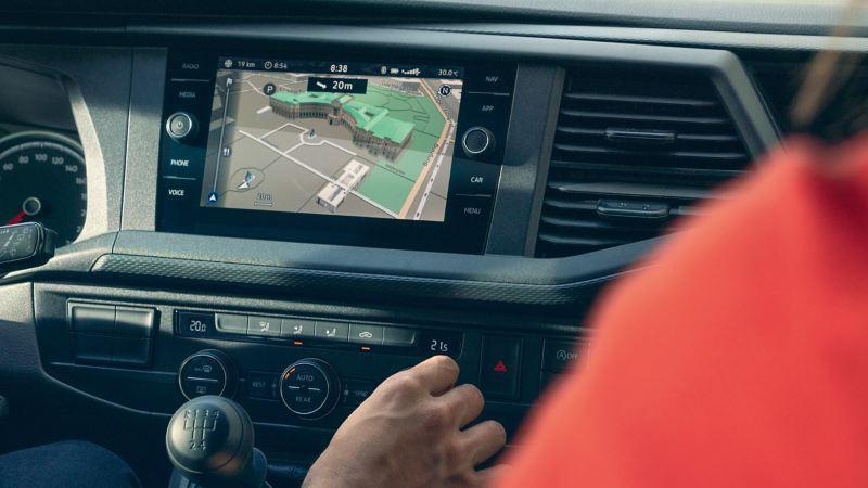 Une carte est affichée sur le système de navigation d'un véhicule utilitaire Volkswagen.