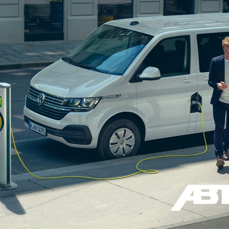 Ein ABT e-Caravelle an einer Ladestation.
