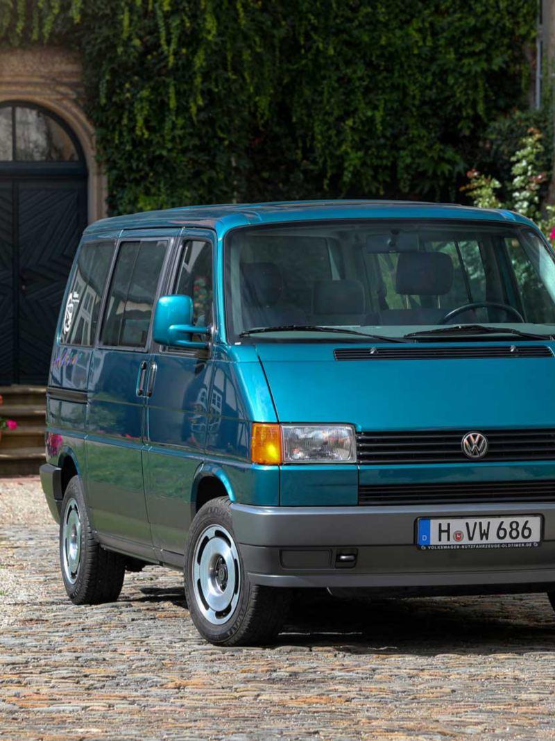 Bildet viser en grå eldre Volkswagen T4 Multivan familiebil
