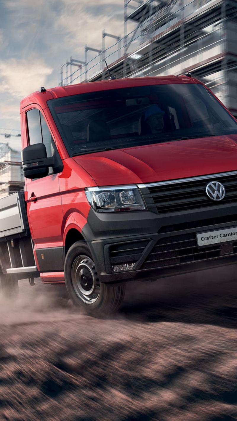 Volkswagen Crafter Camioncino mentre sfreccia attraversando un cantiere.