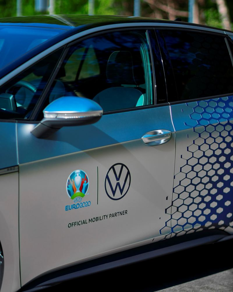 Detaljbild på Euro 2020 loggan bredvid VW-loggan på en ID.3
