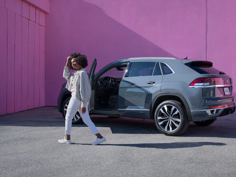 Femme debout devant le VUS VW Atlas Cross Sport, lien vers la page « Soyons le virage »