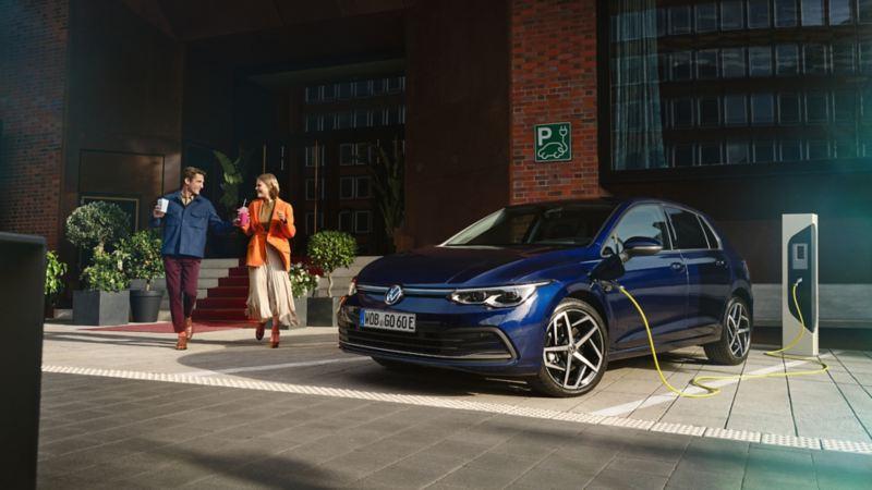 Volkswagen ID.4 GTX, SUV sportivo 100% elettrico, vista 3/4 posteriormente, in carica a bordo strada