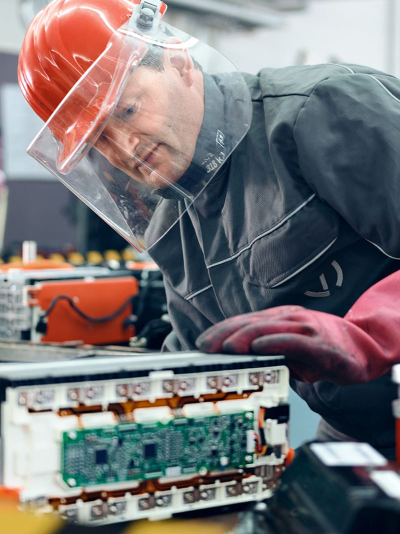 Ein Ingenieur mit einer Autobatterie