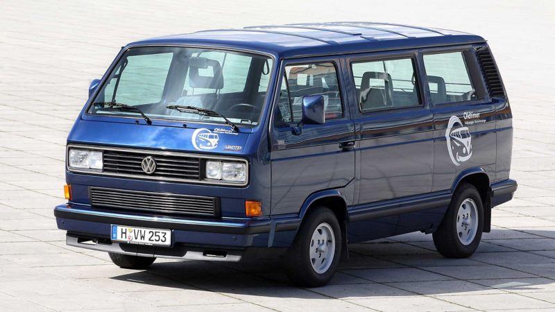 Bildet viser en grå eldre Volkswagen T3 Multivan familiebil