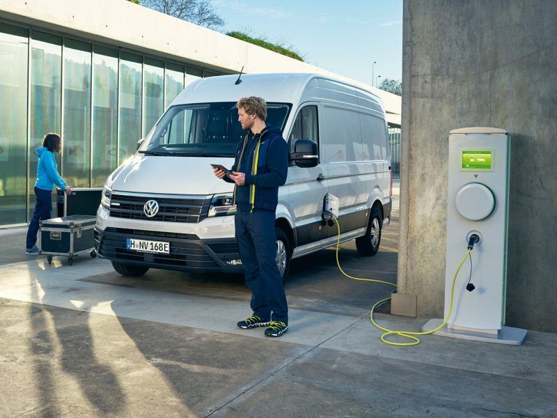 Ein Volkswagen e-Crafter wird an einer Ladesäule geladen.