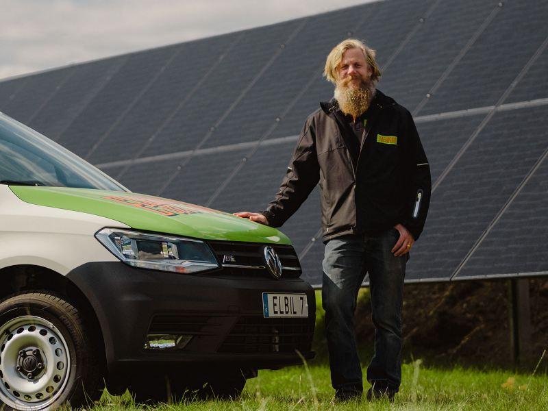 Elfirman elektrikern laddar elbilarna med solenergi