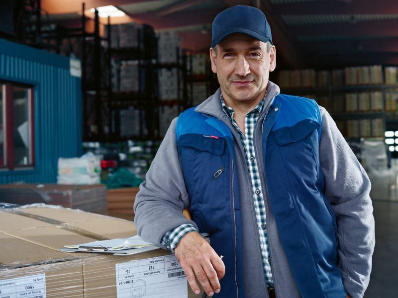Un homme près de cartons à charger